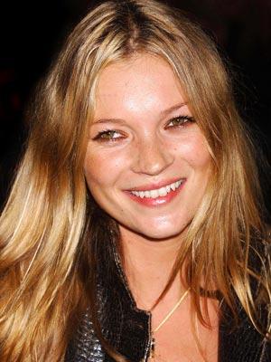 Kate Moss smette di fumare per diventare mamma