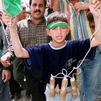Pakistan, fermata bimba kamikaze