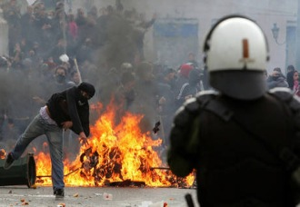 Grecia, sì a nuovo governo tra gli scontri di piazza
