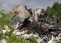 Russia, aereo si schianta su autostrada