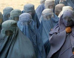 Yemen: centinaia di donne bruciano velo contro repressione