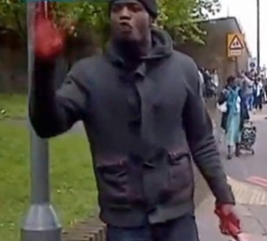 uno dei due assassini con ancora l'arma del delitto in mano