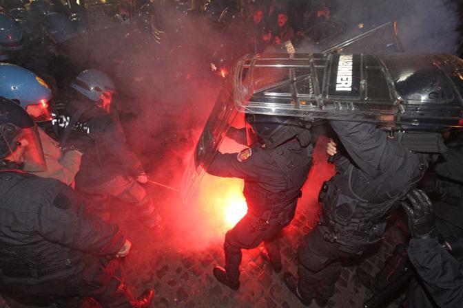 Guerriglia No Tav a Roma, assalto alla sede del Pd