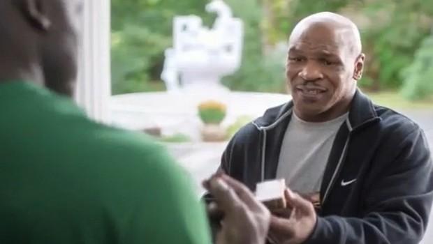 Tyson 'restituisce' orecchio a Holyfield. Ma è solo uno spot