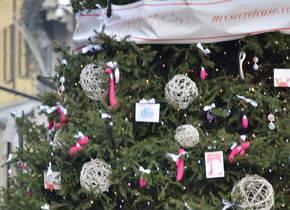 Albero di Natale con sexy toys per decorazione a Milano