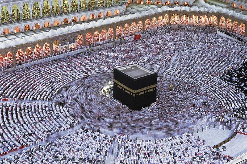 I pellegrini partecipano alla funzione della Notte del Destino (Laylat al-Qadr), il 27° giorno del Ramadàn. La celebrazione commemora la rivelazione del Corano al Profeta. La Mecca, Arabia Saudita 1995. © Kazuyoshi Nomachi.