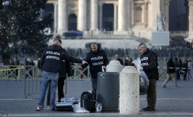 Si dà fuoco in piazza San Pietro: è grave