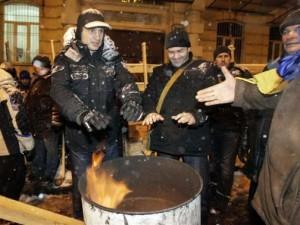Manifestanti nella notte a Kiev (ph. Reuters/Stringer)