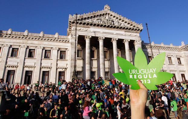 Manifestazioni per la legalizzazione davanti al Parlamento di Montevideo