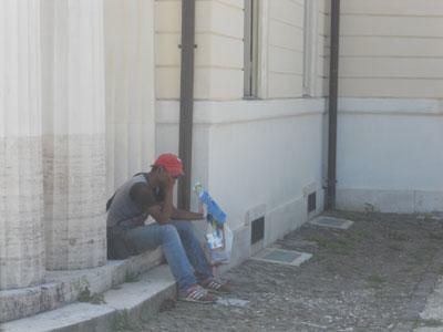 Un venditore abusivo a Villa Torlonia (ph. V. Conti)