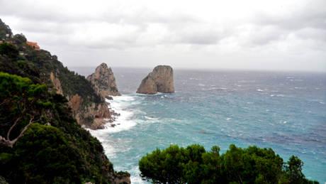 I faraglioni di Capri travolti dalla burrasca (ph. Ansa)