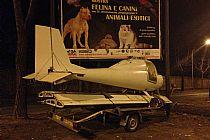 Un aereo parcheggiato su strada a Roma
