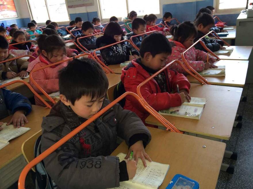 In Cina i bimbi studiano dietro le sbarre