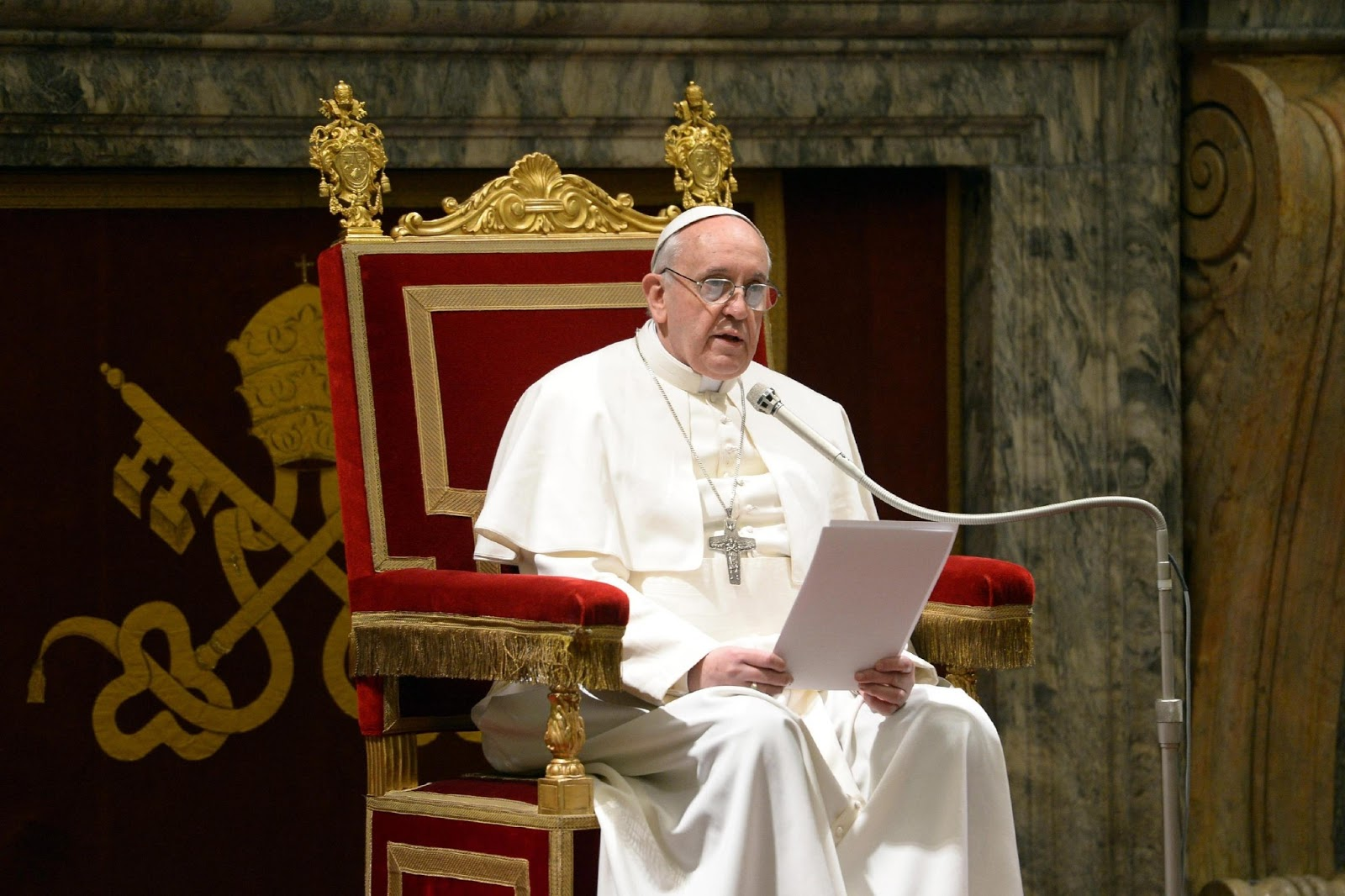 Bergoglio striglia i politici: