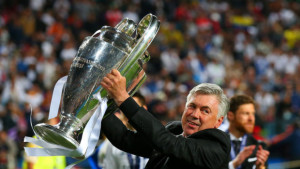 """Carlo Ancelotti alza la """"Coppa dalle grandi orecchie"""""""