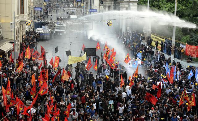 Istanbul: scontri violenti in piazza dopo la catastrofe di Soma