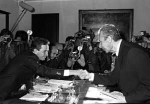 La stretta di mano tra Enrico Berlinguer e Aldo Moro suggella il compromesso storico tra Dc e Pci
