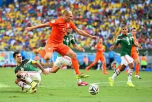 Arjen Robben vola con la sua Olanda ai quarti