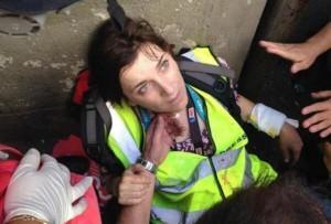 Shasta Darlington, la giornalista della Cnn, viene soccorsa