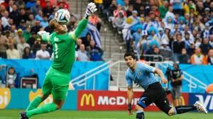 Luis Suarez in gol contro gli inglesi