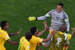 Julio Cesar abbracciato dai compagni