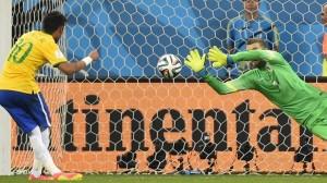 Neymar calcia il contestatissimo rigore del 2-1