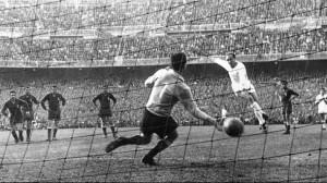 In gol contro la Fiorentina nella finale di Coppa dei Campioni 1956/57 vinta dal Real 2-0