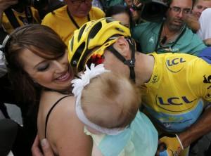 Nibali bacia la sua piccola Emma Vittoria in braccio alla moglie Rachele