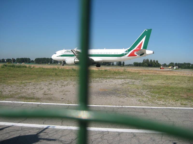 Alitalia pronta a trattare con i sindacati