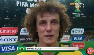 David Luiz, mortificato, non trattiene le lacrime