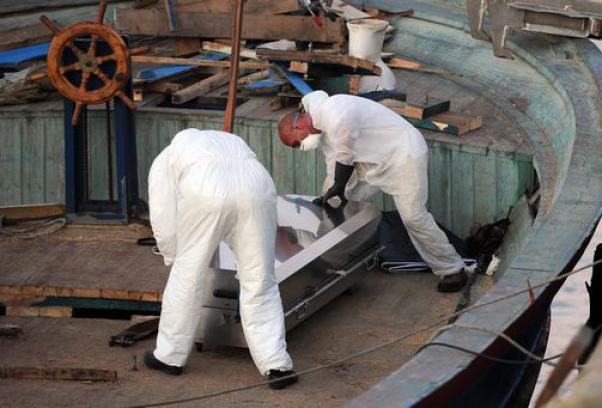 Immigrazione: 70 i morti in un gommone, 45 nel barcone giunto a Pozzallo