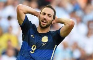 Gonzalo Higuaìn si dispera per la ghiottissima occasione persa