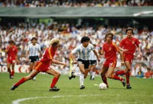 Diego Maradona semina il panica tra la difesa belga nella semifinale di Mexico '86