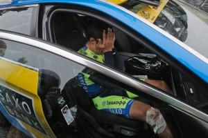 Alberto Contador in lacrime sull'ammiraglia: si è appena arreso ad una tibia fratturata