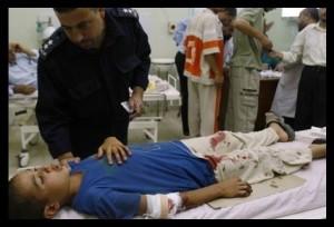 Un bambino ferito nei bombardamenti di Khan Yunis