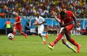 Lukaku sta calciando con forza il pallone del raddoppio