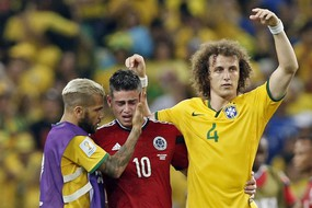David Luiz indica al pubblico James Rodriguez per il meritato tributo di applausi