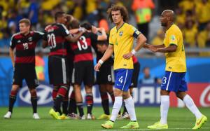 David Luiz e Maicon sconsolati. Alle loro spalle la festa tedesca