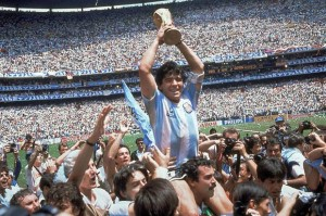 Diego Armando Maradona alza al cielo del Messico la Coppa del Mondo del 1986