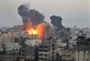 Gaza City sotto i bombardamenti dell'aviazione israeliana