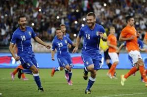 Tutti a festeggiare il rigore del 2-0 di De Rossi
