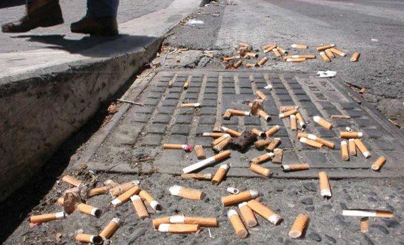 Stop a sigarette e gomme in strada: arrivano le multe