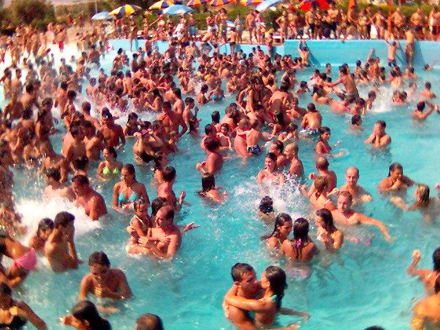Siracusa: dipendenti pubblici in piscina anzichè al lavoro