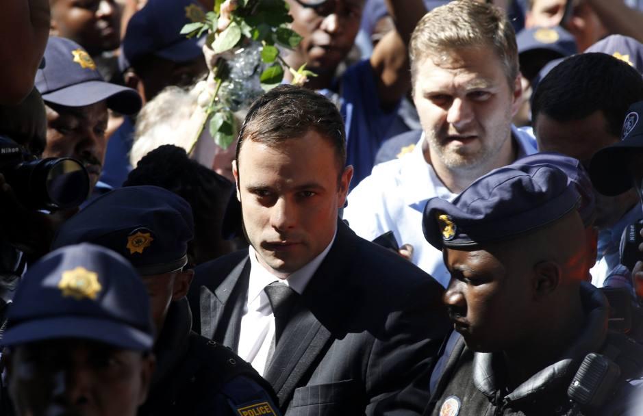 Processo Pistorius: l'atleta condannato a 5 anni per omicidio colposo