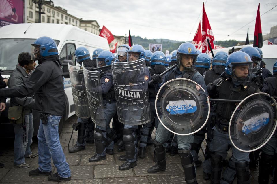 Torino, scontri  polizia-studenti al corteo Fiom
