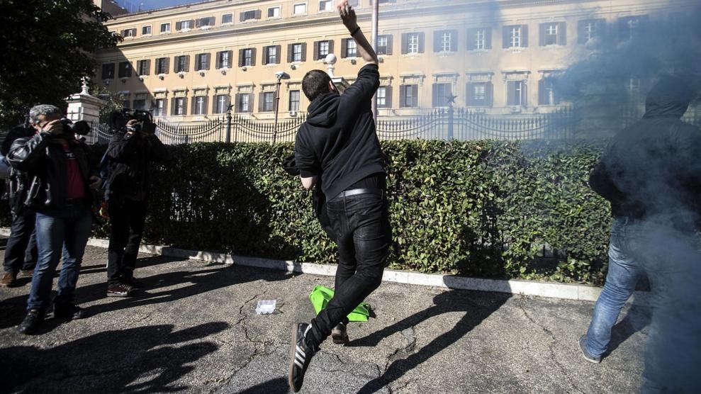Sciopero 'sociale': scontri in piazza