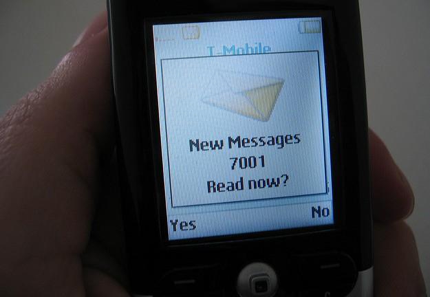 Avviso ai gelosi: spiare il telefonino del partner è reato
