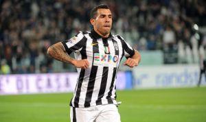 """Tèvez, ancora protagonista: qui, dopo il gol mima la """"gallina"""", nomignolo dei tifosi del River, rivale del suo Boca"""