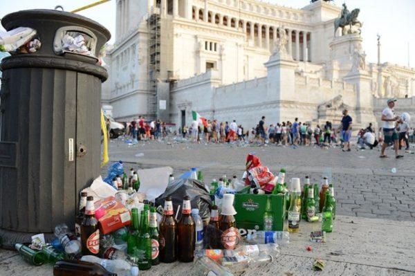 Rifiuti. Roma al collasso. Raggi sotto accusa
