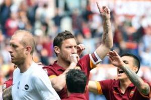 Totti esulta alla sua maniera per il ritorno in campo e al gol